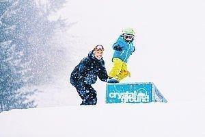 Kind beim Snowboardfahren