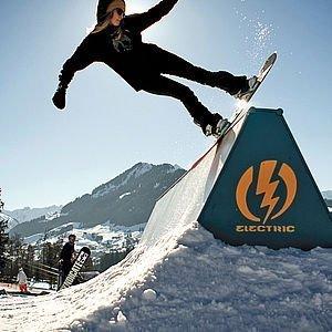 Snowboardfahrer auf der Rampe