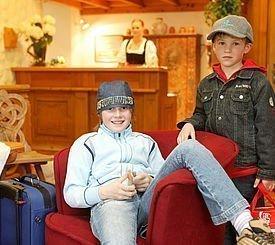 Kinder beim Rezeptionsbereich des Alphotel