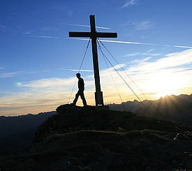 Wanderer am Gipfelkreuz