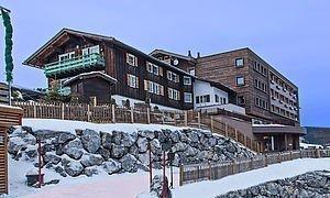 Außenansicht des Hotels im Winter
