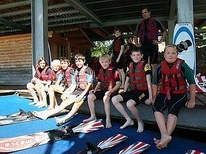 Kinder in Schwimmwesten