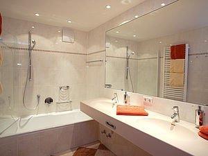 Geräumiges Bad im Familienappartement | Alphotel