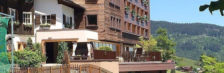 Außenansicht des Hotels im Sommer