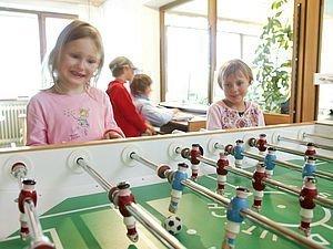 Kinder beim Tischfussball spielen