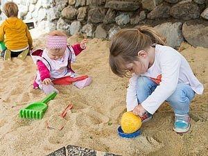 Kind im Sandkasten beim Spielen