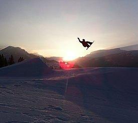 Snowboardfahrer beim Springen