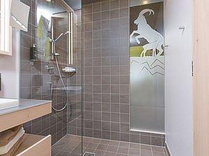 Bad mit ebenerdiger Dusche | Familienappartement Alphotel