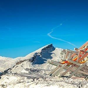 Panoramablick auf die verschneiten Berge