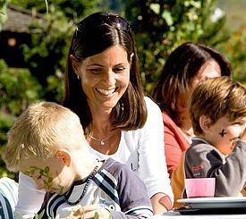 Kinder mit ihren Eltern im Alphotel