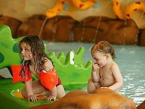 Mädchen im Schwimmbad | Alphotel Hirschegg