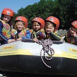 Kinder bei einer Raftingtour