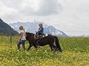 Kind reitet auf einem Pony